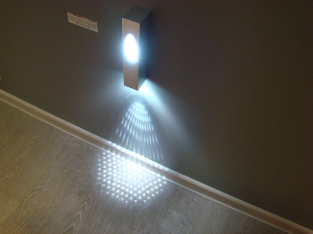 Справедливости ради следует отметить, что декоративные светильники довольно активно в настоящий момент применяются не только в жилых помещениях. Для улучшения атмосферы эти изделия оптимально подходят для общественных мест